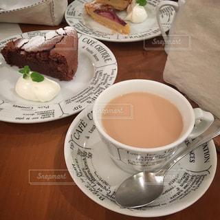 食品やコーヒー テーブルの上のカップのプレート - No.925855