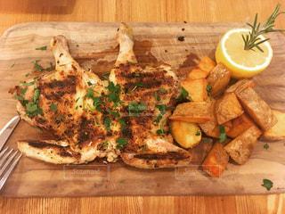 木製のまな板の上に食べ物 - No.925857