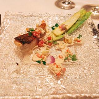 近くのテーブルの上に食べ物をの写真・画像素材[1204304]