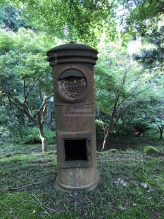 公園の真ん中に座っている時計 - No.707581