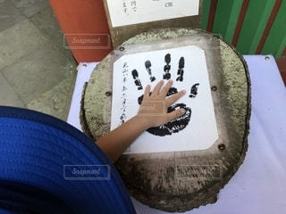 偉大な人物の手形に小さな手のひらを合わせるの写真・画像素材[2442627]
