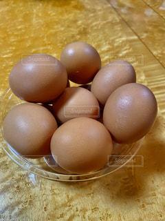 テーブルの上に卵の写真・画像素材[2878526]