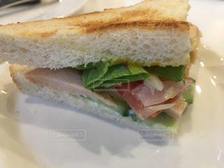 カフェ飯のベーコンチーズのサンドの写真・画像素材[611336]