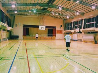 体育館でバスケの写真・画像素材[651586]