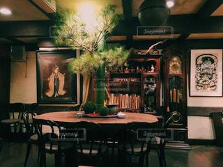 家具やテーブルの上の花瓶で満たされた部屋の写真・画像素材[937318]