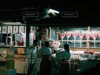 店の前に立っている人々の写真・画像素材[940181]