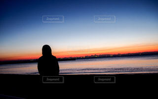 ビーチに立っている人の写真・画像素材[943276]