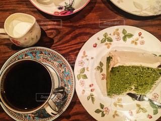 テーブルの上に食べ物のプレートの写真・画像素材[948060]