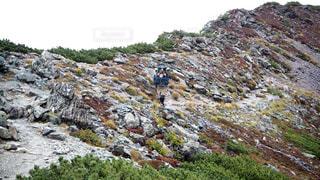 岩が多い丘の上の男の写真・画像素材[952602]