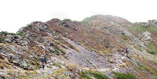 岩が多い丘の上の人々 のグループの写真・画像素材[952605]