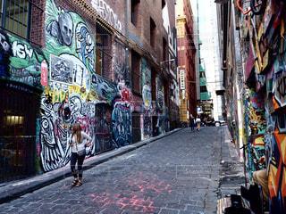狭い街の建物の側に落書き通りの写真・画像素材[953541]