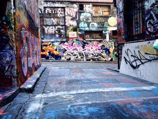 建物の側面にカラフルな落書きの写真・画像素材[953542]