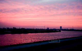 マジックアワーの川辺の写真・画像素材[953555]
