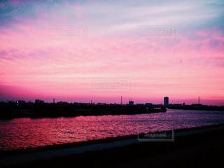 マジックアワーの川辺の写真・画像素材[953664]