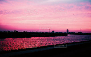 マジックアワーの川辺の写真・画像素材[953665]