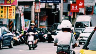 都市のストリートでバイクに乗る人の写真・画像素材[954200]
