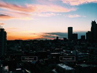 夕暮れ時の都市の景色の写真・画像素材[958522]