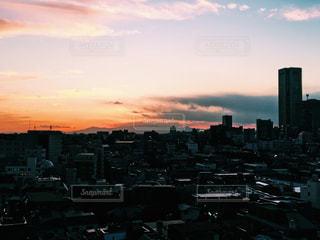 夕暮れ時の都市の景色の写真・画像素材[958523]
