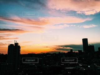 夕暮れ時の都市の景色の写真・画像素材[958525]