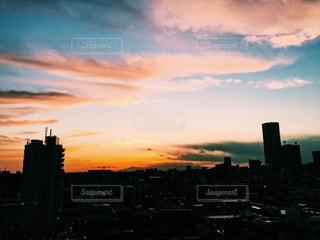 夕暮れ時の都市の景色の写真・画像素材[958526]