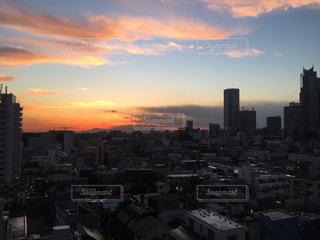 夕暮れ時の都市の景色の写真・画像素材[958531]