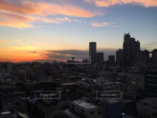 夕暮れ時の都市の景色の写真・画像素材[958533]