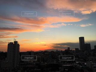 夕暮れ時の都市の景色の写真・画像素材[958534]