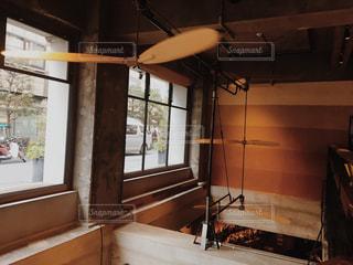 大きな窓のあるカフェの写真・画像素材[966562]