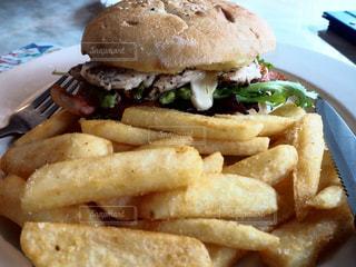 ハンバーガーとフライドポテトの写真・画像素材[969404]