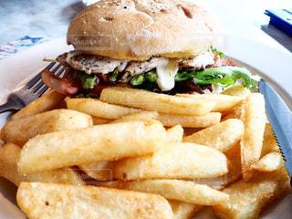 ハンバーガーとフライドポテトの写真・画像素材[969405]