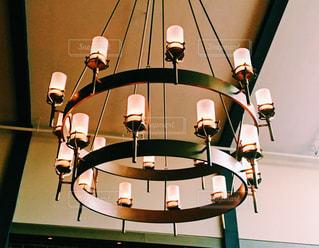 テーブルの上のランプの写真・画像素材[1022683]