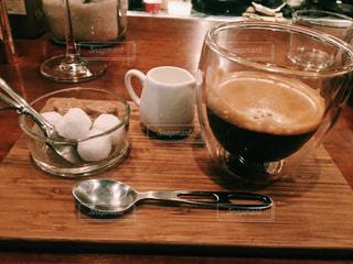 木製テーブルの上のコーヒー カップの写真・画像素材[1022684]
