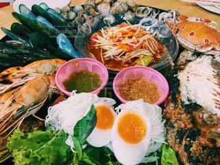 テーブルの上に食べ物のプレートの写真・画像素材[1034871]