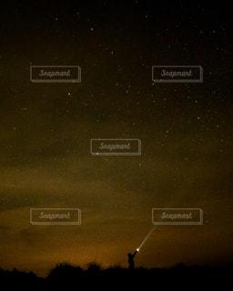 夜に見上げる空の景色の写真・画像素材[1047584]