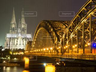 大きな橋がバック グラウンドでケルン大聖堂と夜ライトアップの写真・画像素材[1053201]