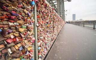ホーエンツォレルン橋 カップルの写真・画像素材[1053213]