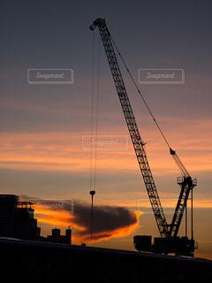 夕焼けのクレーンの写真・画像素材[1068989]