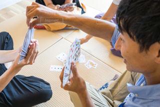 テーブルに座っている人々 のグループの写真・画像素材[1320285]