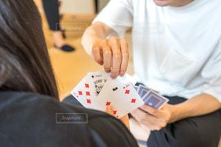 テーブルに座っている人トランプゲームの写真・画像素材[1320305]