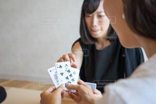 テーブル トランプゲームの写真・画像素材[1320311]