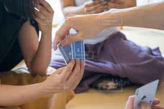 女性 トランプゲームの写真・画像素材[1320312]