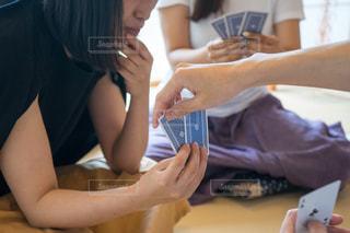 テーブル トランプゲームの写真・画像素材[1320315]