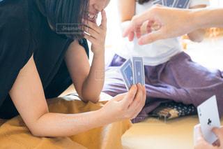 テーブルの上に座っている女性の写真・画像素材[1320319]