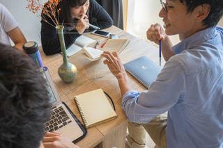 ノート パソコンを見ている人々 のグループ カフェ勉強の写真・画像素材[1323187]