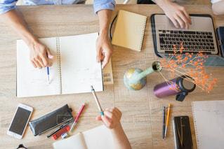 ラップトップを使用してテーブルに座っている人々 のグループの写真・画像素材[1323212]
