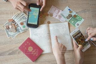 一枚の紙を持っている手 海外旅行計画の写真・画像素材[1339759]