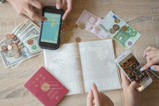 一枚の紙を切る人 海外旅行計画の写真・画像素材[1339761]