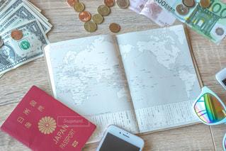 木製テーブルの上に座っている本 旅行 荷物の写真・画像素材[1339783]