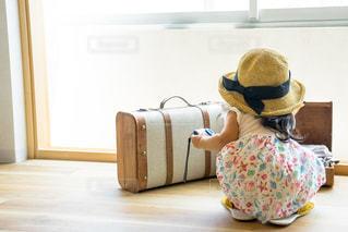スーツケースに座る人 子供 旅行 冒険の写真・画像素材[1339793]