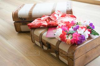 ベッドの上のピンクの花 アロハシャツの写真・画像素材[1339809]
